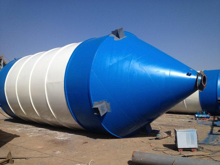 1、当水泥仓(水泥罐)工作时,必须由专用吊机将其立起,然后放到预先预制好的混凝土基础之上,并检查水泥仓(水泥罐)立起以后与水平面的垂直度,然后将其底部与基础预埋件焊接牢固。 2、储料仓固定好以后,由散装水泥车运送水泥至工地,然后将散装水泥车的输送管路与水泥仓(水泥罐)的进料管路相接,通过散装水泥车的气体压力将罐内水泥输送到水泥仓(水泥罐)内。 3、在往储料仓内输送水泥的过程中,操作人员要不间断的按动除尘器振动电机的按钮,抖落附着在除尘器布袋上的水泥,防止堵死布袋,发生爆仓。 4、一旦堵死布袋,仓内压力超过